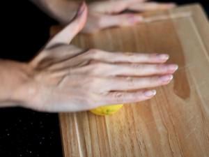 морковный-пирог-с-изюмом-прокатываем-лимон