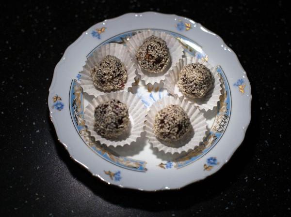 Полезные конфеты из сухофруктов в кунжуте