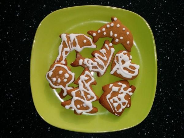 Медовые пряники к Рождеству, украшенные глазурью