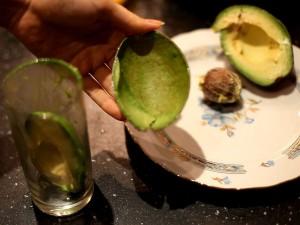 как-почистить-авокадо-кожура