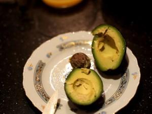 как-почистить-авокадо-убираем-косточку