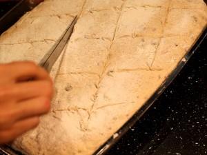 картофельный-хлеб-делаем-надрезы