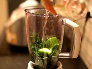 зеленый-коктейль-добавляем-воду